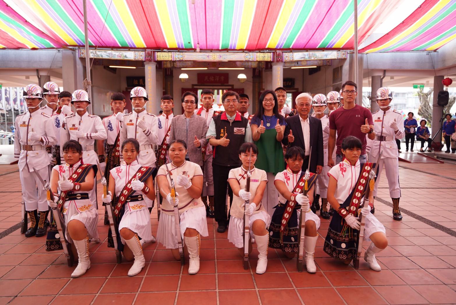 1091129六堆忠義祠秋祭大點與會貴賓與表演的儀對成員大合照。