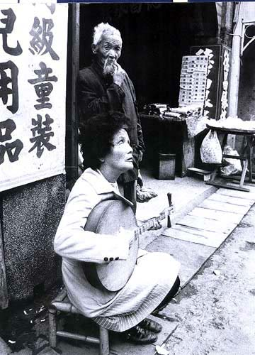 Lee Han-lung Photography - Blind woman playing